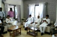 महाराष्ट्र प्रदेश काँग्रेसचे अध्यक्ष व माजी मुख्यमंत्री अशोक चव्हाण यांनी दिलीखासदारराजू शेट्टी यांच्या निवास्थानी भेट