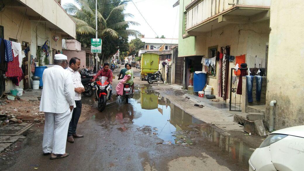 थेरगावमध्ये रस्त्यावरून वाहते ड्रेनेजलाईन; ठेकेदार, पालिकेच्या विरोधात नागिरक आक्रमक