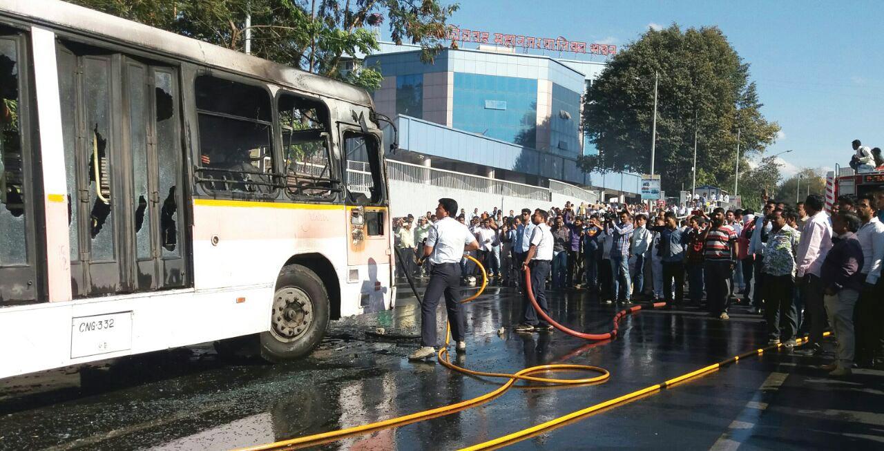 महापलिकेच्या इमारती समोरच पीएमपीएमएलच्या बसने घेतला पेट