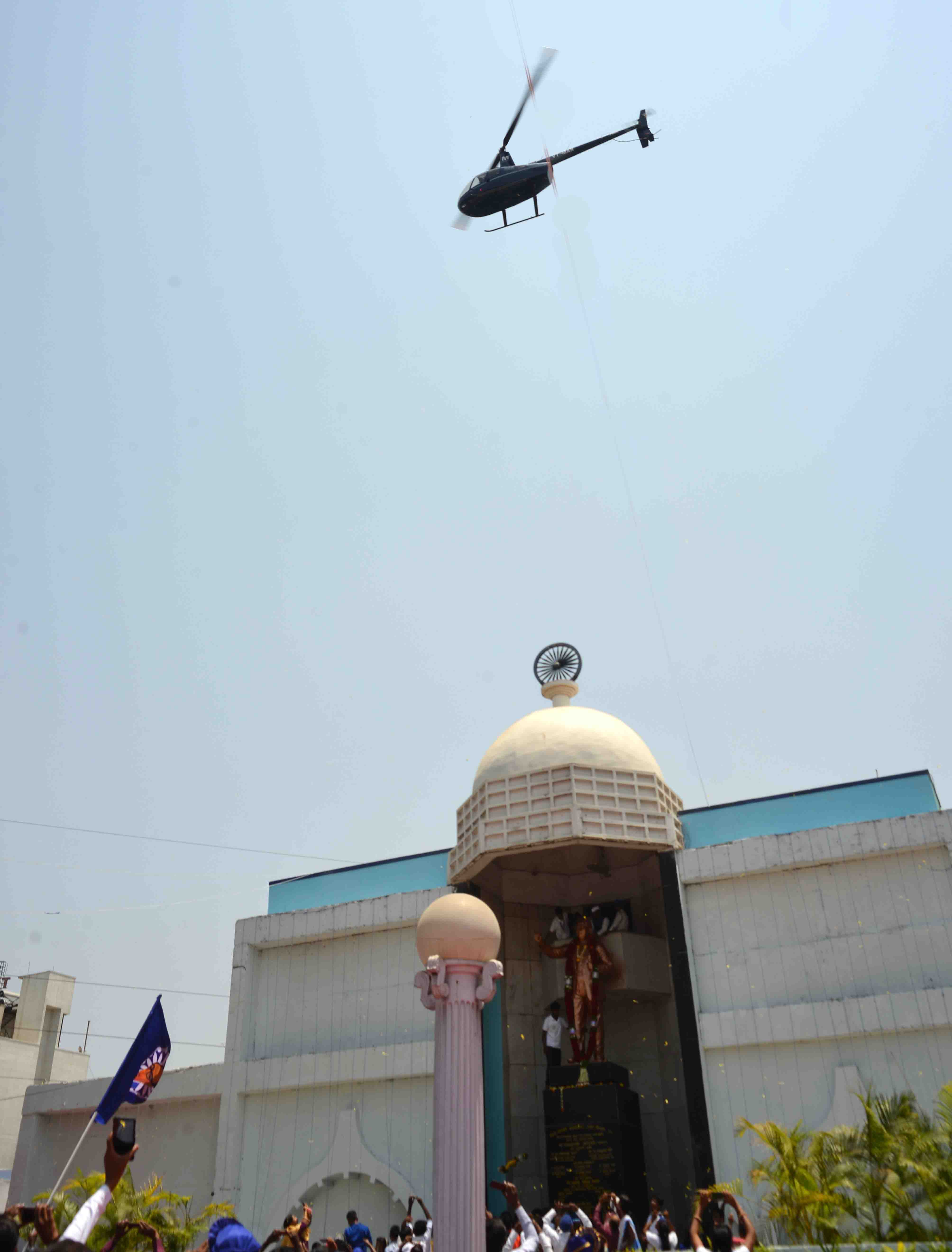 सुर्योदय फाऊंडेशनतर्फे डॉ. बाबासाहेब आंबेडकर यांच्या पुतळ्यावर हेलिकॉप्टरमधून पुष्पवृष्टी