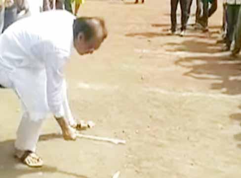 माजी उपमुख्यमंत्री अजित पवार मैदानात विटी-दांडू खेळले