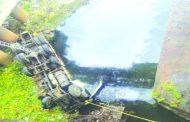 पुण्यात ट्रक नदीपात्रात कोसळून दोन जणांचा मृत्यू