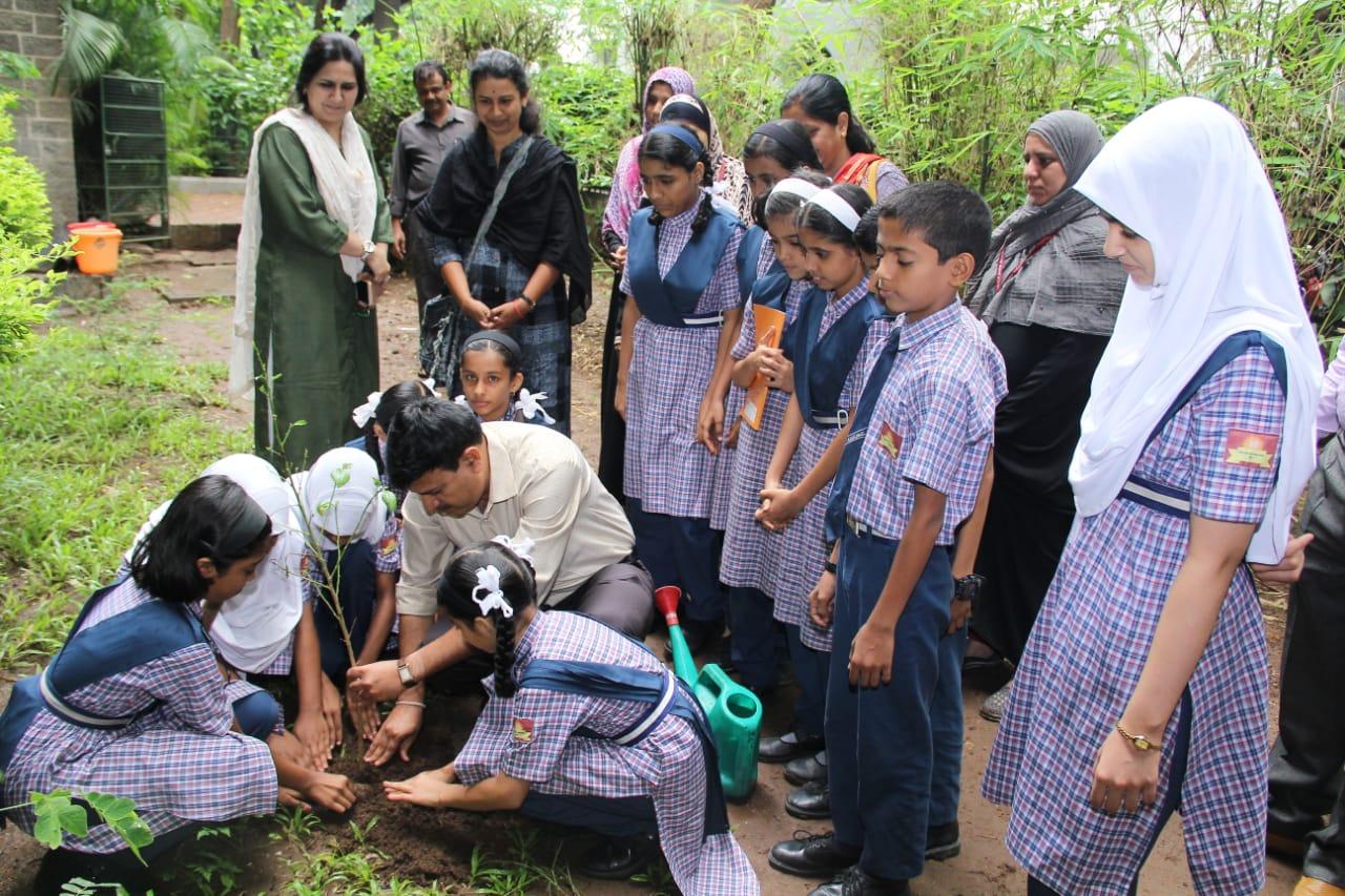 'अँग्लू उर्दू बाईज हायस्कूलमध्ये 'वन महोत्सव' निमित्त वृक्षारोपण