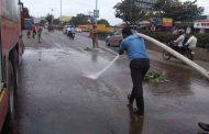 थेरगावात पीएमपीएल बसच्या गियर बॉक्स मधून रस्त्यावर ऑईल गळती; तरूणांच्या तत्परतेने वाचले अनेक अपघात