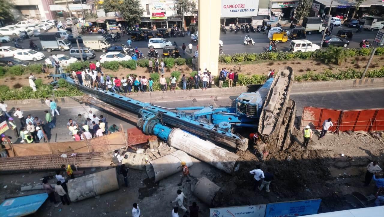 धक्कादायक : कासारवाडीत मेट्रोची ड्रील कोसळली पहा (व्हिडिओ)