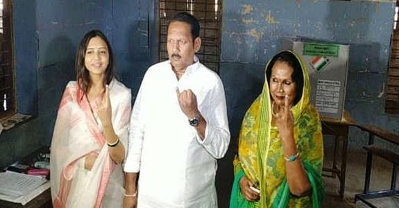 उदयनराजेंनी कुटूंबासह बजावला मतदानाचा हक्क