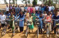 आदिवासी भागातील मुलींना 50 सायकलींचे वाटप