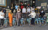 असंघटित क्षेत्रातील कामगारांना मोफत सायकल वाटप