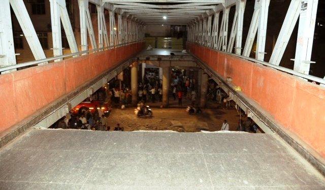 मुबंईत सीएसएमटीजवळ पूल कोसळला; 5 ठार, 36 जखमी